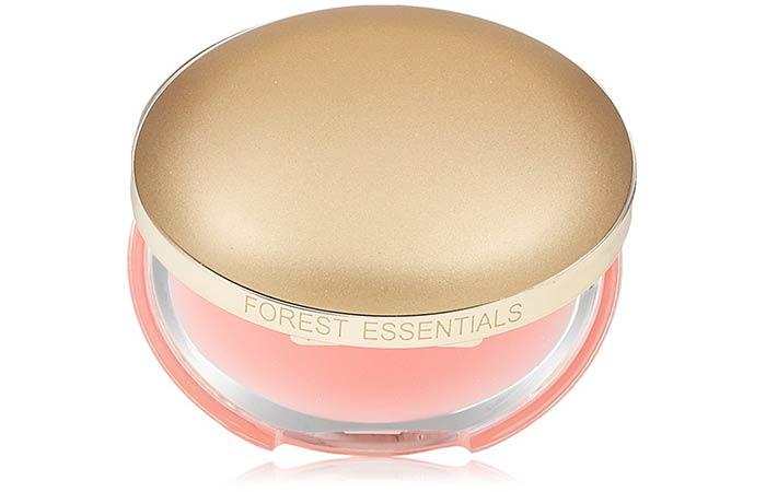 Las necesidades básicas del bosque son un rico bálsamo labial de pétalos de rosa.
